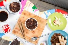 Piekarni I kucharstwa narzędzia Kolorów talerze Odgórny widok Biel stół Zdjęcie Royalty Free