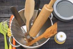 Piekarni I kucharstwa narzędzia z kuchennym timekeeping na drewno stole Obrazy Stock