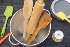 Piekarni I kucharstwa narzędzia z kuchennym timekeeping na drewno stole Zdjęcia Royalty Free