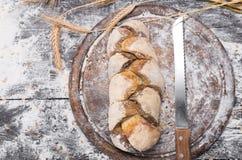 Piekarni pojęcia tło Noża i chlebowego bochenka odgórny widok Zdjęcie Royalty Free