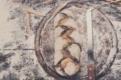 Piekarni pojęcia tło Noża i chlebowego bochenka odgórny widok Obraz Royalty Free