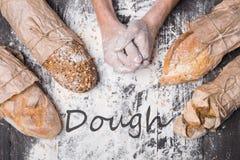 Piekarni pojęcia tło Ręki i rodzaje chlebowy bochenek obrazy royalty free