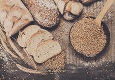 Piekarni pojęcie Obfitość pokrojony chlebowy tło obraz stock