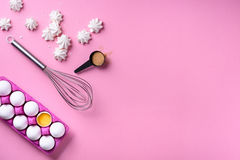 Piekarni tła rama Kulinarni merengues, składniki - jajka z cukierem, nad różowym tłem Wiosna kulinarny temat Odgórny widok fotografia stock