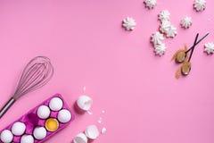 Piekarni tła rama Kulinarni składniki - jajko, cukier, nad różowym tłem Romantyczny kulinarny temat Odgórny widok, kopii przestrz Zdjęcie Royalty Free