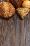 Piekarni tło, chlebowy asortyment na czarnym drewnianym tle Odgórny widok z kopii przestrzenią obrazy royalty free