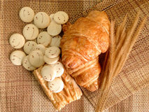 Piekarnia chleb Świeży croissant na Drewnianym stole Obrazy Royalty Free