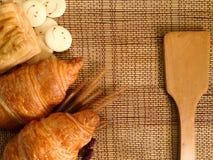 Piekarnia chleb Świeży croissant na Drewnianym stole Fotografia Royalty Free