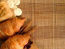 Piekarnia chleb Świeży croissant na Drewnianym stole Zdjęcia Royalty Free