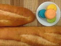 Piekarnia chleb Macaroon na Białym naczyniu Zdjęcie Royalty Free
