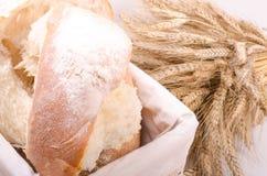 Piekarnia chleb z snopem Pszeniczni ucho na bielu Obrazy Stock