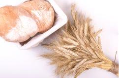 Piekarnia chleb z snopem Pszeniczni ucho na bielu Obrazy Royalty Free