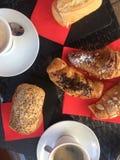 piekarnia Croissants z migdałami i filiżanką kawy obrazy royalty free
