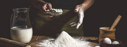 piekarnia Obsługuje narządzanie chleb, wielkanoc tort, Wielkanocnego chleb lub babeczki na drewnianym stole w piekarni zakończeni zdjęcie royalty free