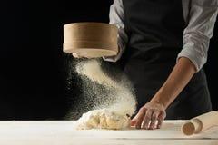 piekarnia Obsługuje narządzanie chleb, wielkanoc tort, Wielkanocnego chleb lub babeczki na drewnianym stole w piekarni zakończeni zdjęcia royalty free