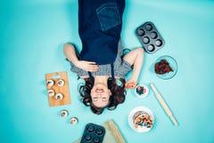 Piekarnia, słodki jedzenie i szczęśliwi ludzie pojęć, fotografia stock