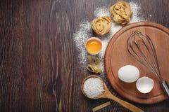 Piekarnia składniki Mąka z surowymi jajkami dla ciasto makaronu na zalecającym się fotografia royalty free