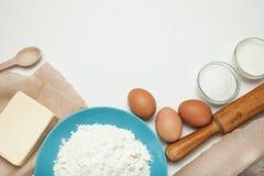 Piekarnia składniki na białym kuchennym stole zanieczyszczenie na rzecznym Arno obrazy royalty free