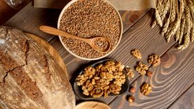 Piekarnia - złociści nieociosani skorupiaści bochenki chleb i babeczki na drewnianej tnącej desce zdjęcie wideo