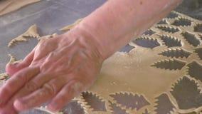 Piekarniani tnący ciastka z ciastko krajaczem zbiory