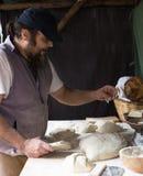 Piekarniany razdelyvet ciasto dla wypiekowego chleba Zdjęcia Stock