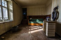 piekarnik i łóżko z okno zdjęcia royalty free