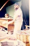Piekarz pozuje z łopatą i adry ciastem Zdjęcie Royalty Free