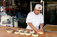 Piekarz przygotowywa chleb w Boudin piekarni w San Fransisco, Californ - Zdjęcia Royalty Free