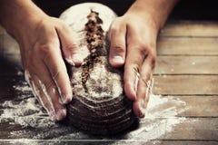 Piekarz ręki z chlebem fotografia stock