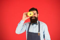 piekarz szczęśliwy Szefa kuchni mężczyzna w kawiarni Karmowa kaloria Brodaty mężczyzna w fartuchu Pączka jedzenie Dieta i zdrowy  obraz stock
