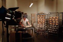 Piekarz ugniata ciasto i tworzy bochenek chleb Obrazy Stock