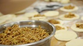 Piekarz ugniata ciasto ręką robić chlebowi przy piekarnią zbiory