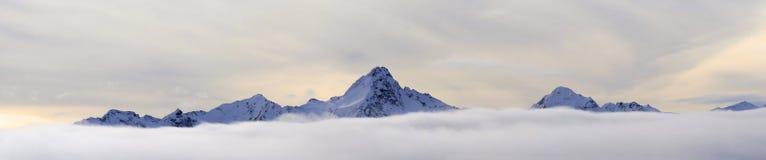 Pieken boven de wolken - Oostenrijkse Alpen Royalty-vrije Stock Fotografie