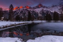 Pieken van Aiguilles van Chamonix bij zonsondergang in een koude die de winterdag van Meer das Gaillands wordt bekeken Royalty-vrije Stock Foto's