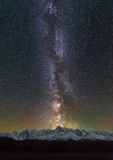 Pieken van de bergen Sterren in de nachthemel Melkwegmelkweg over de Rand noorden-Chuya Stock Foto
