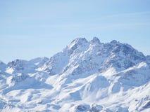 Pieken van de de winter de sneeuw behandelde berg in Europa Grote plaats voor sporten Stock Foto