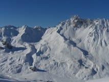 Pieken van de de winter de sneeuw behandelde berg in Europa Grote plaats voor sporten Stock Foto's