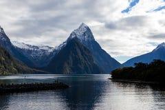 Pieken van de Milford de Correcte Berg in Water royalty-vrije stock fotografie