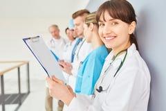 Pielęgniarka lub lekarka w szkoleniu zdjęcia stock