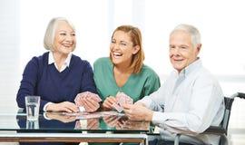 Pielęgniarek karta do gry z starszą parą obrazy stock