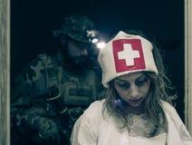 Pielęgniarka żywi trupy fotografia stock