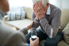Pielęgniarka bierze opiekę starszy mężczyzna zdjęcia stock