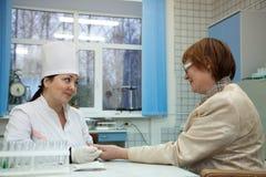 Pielęgniarka bierze próbka krwi zdjęcie stock