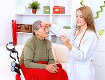 pielęgniarka bierze temperaturę fotografia stock