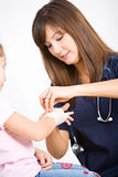 Pielęgniarka: Żeńskiej pielęgniarki Ruchliwie Opakunkowy nadgarstek obrazy royalty free