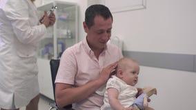 Pielęgniarka egzamininuje dziecka zbiory wideo