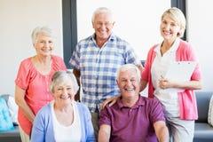 Pielęgniarka i seniory stoi wpólnie obrazy stock