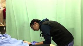 Pielęgniarka jest rysunkowym próbką krwi przy ER oddziałem zbiory