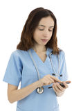 Pielęgniarka lub lekarka z mądrze telefonem Zdjęcia Stock