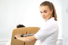 Pielęgniarka miewa skłonność pacjent obraz stock